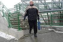 Vady nového chodníku k lávce u Kauflandu