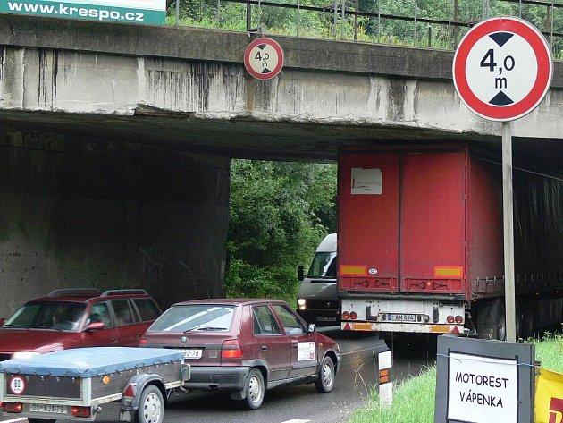 Jen čtyři metry vysoký podjezd nestačí mnohým řidičům kamionů na silnici 1. třídy, kerá vede z Hranic na Slovensko.