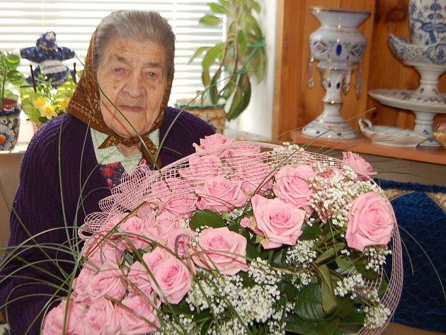 Kytici růží dostala Marie Klesnilová od svého stranického kolegy Josefa Nekla.