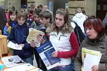 Do dvorany hranického zámku zavítaly stovky žáků na Burzu středních škol.