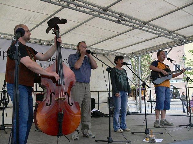 Skupina Pupkáči zahrála na lipnickém náměstí.