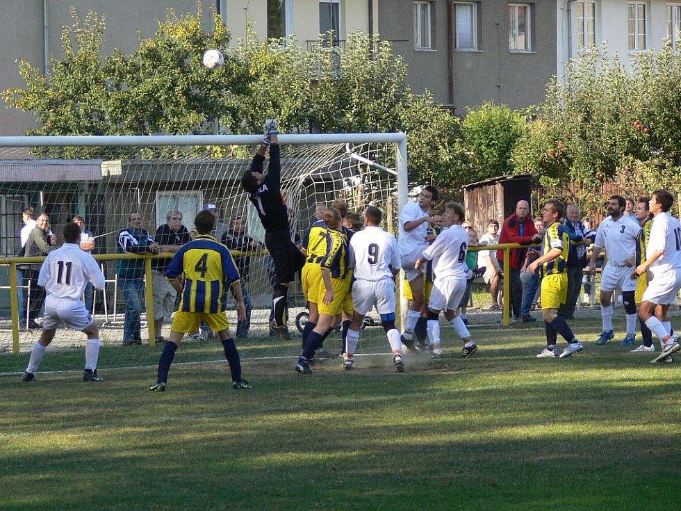 FC Dukla Hranice (v modrožlutém) vs.  Beňov 0:2.