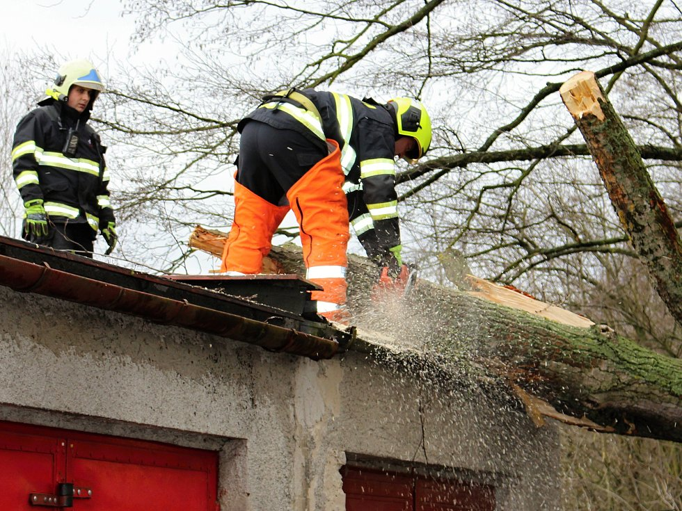 Hasiči odstraňovali v pondělí  10. února po poledni stromy, které silný vítr vyvrátil na garáž na Nové ulici v Hranicích.