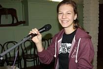 Mladá zpěvačka, textařka a písničkářka Lenny, dcera Lenky Filipové, zkoušela spolu s kapelou u manželů Vlasákových na Staré střelnici.