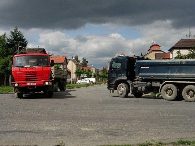 Hranickou křižovatkou u Slávie projedou denně stovky těžkých náklaďáků.