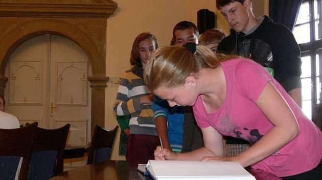 Ocenění úspěšných žáků hranických škol v zasedací místnosti zámku v Hranicích