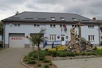Budova obecního úřadu v Radvanicích. Uvnitř se nachází i nový společenský sál
