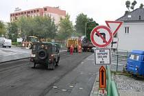 Dopravní omezení na hranické Třídě 1. máje, kde probíhá kompletní rekonstrukce vozovky.