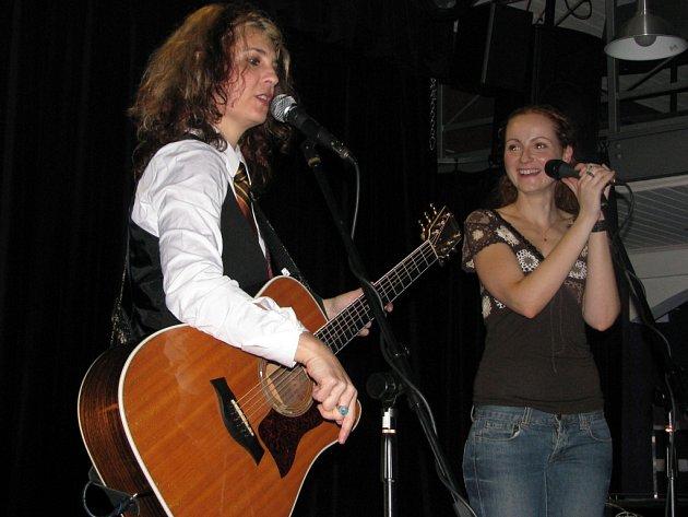Americká zpěvačka a kytaristka Janet Robin vystoupila v divadle Stará Střelnice s členy hranicko-pražské kapely November 2nd.