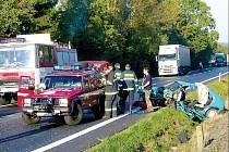 Po střetu zůstal kamion částečně v kolejišti a zčásti na vozovce. Favorit skončil v příkopu u tratě.