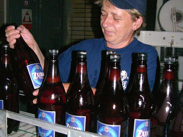 Pivovar Zubr stáčí i do PET lahví.