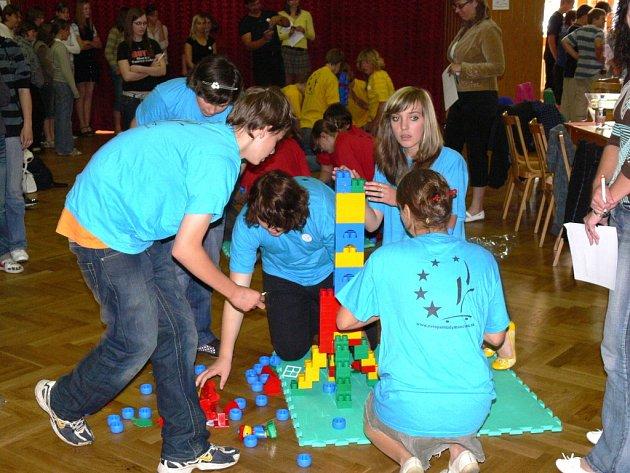 V pěti soutěžních disciplínách mezi sebou soutěžili žáci sedmých až devátých tříd tří hranických základních škol, ZŠ Drahotuše a víceletého gymnázia. V Sokolovně během čtvrtečního dopoledne prokazovali své znalosti o Evropské unii pětičlenné porotě.