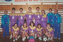 První korfbalový tým dospělých SK Junior Prostějov, jeho tehdejší trenér Jiří Kremla stojí úplně vpravo.