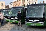Na hranickém Masarykově náměstí bylo představeno šest nových elektrobusů. Pokřtít je přišel starosta Jiří Kudláček, místostarosta Ivo Lesák nebo hejtman Olomouckého kraje Ladislav Okleštěk.