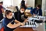 S kompletací ochranných štítů pomáhá v Malhoticích skupina dobrovolníků a studentů z Hranic.