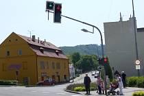 Cyklisté nejsou jediní, kteří mají s křižovatkou problém. Někteří řidiči totiž netuší, jaké jim dává semafor možnosti, a nereagují na zelenou šipku, která jim umožňuje křižovatku přejet a odbočit vlevo.