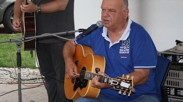 František Nedvěd přilákal na svůj hranický koncert stovky lidí.