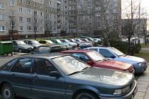 KDE ZAPARKOVAT? Takovéto dilema řeší denně desítky řidičů na hranickém sídlišti Hromůvka.