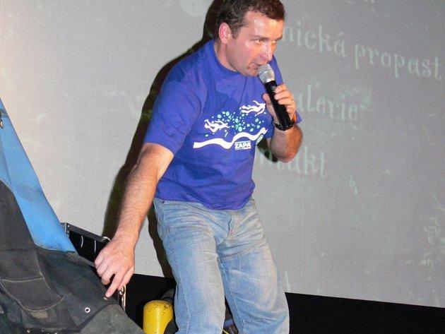 Přerovský potápěč vyprávěl dětem z hranických škol o Hranické propasti a o speleopotápěčství.