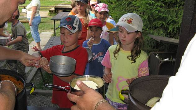 Deti na táboře Mraveniště.