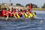Závody školních posádek na dračích lodích na hranické Bečvě