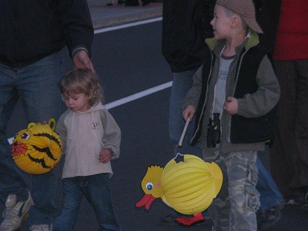 V Opatovicích zpestřili dětem oslavu 64. výročí osvobození lampionovým průvodem.