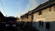 Sedm hasičských jednotek muselo vyjet k požáru několika domů v Jezernici.