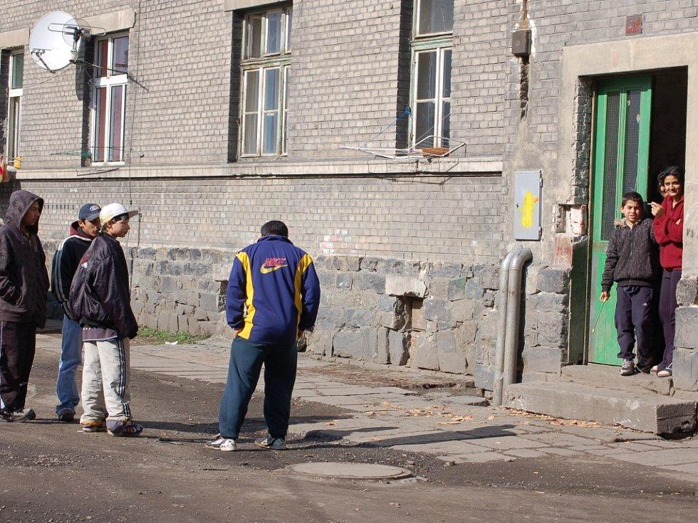 Přerovský magistrát pochod radikálů povolil, zakázat jej podle mluvčího nemůže. Přerovští Romové, kteří žijí ve Škodově ulici, jsou shovívavostí města pobouřeni.