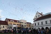 Vypouštění balónků s přáním Ježíškovi a Vánoční jarmark v Hranicích