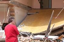 Únavu a beznaděj zažívala Pavla Přikrylová z Výklek začátkem června při pohledu na svůj zničený dům.