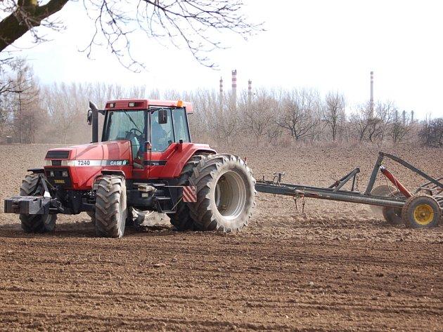 Zemědělci už vyrazili na strojích do polí.