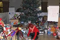 Pod stromečkem ve dvoraně zámku bylo ve čtvrtek 17. prosince téměř tři tisíce dárečků.