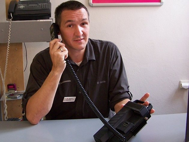 Petr Žurek s prvním mobilním telefonem, který ve své době stál 70 tisíc korun.