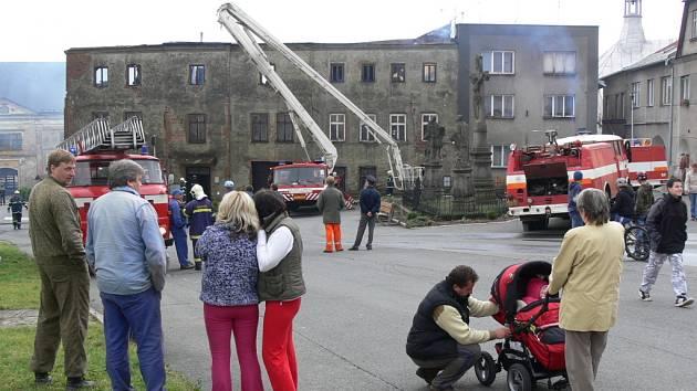 Popelem lehla střecha třípodlažního domu v těsném sousedství potštátského zámku.