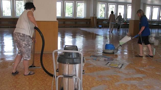 Ve třídách a v družině nad červenou jídelnou už zaměstnanci školy připravují místnosti na první školní den.