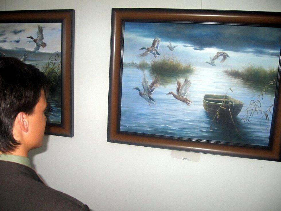 Motivy lesní zvěře při pastvě nebo při lovu jsou společné pro výstavu obrazů, která začala ve středu v severním křídle hranického zámku. Jejím autorem je umělecký malíř Václav Nasvětil.