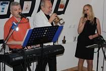 Duo Melody Tandem zahrál pro návštěvníky Caffe art gallery nejen k poslechu, ale i k tanci.