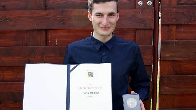 Pavel Frkal byl za svůj mimořádný čin oceněn vyznamenáním.
