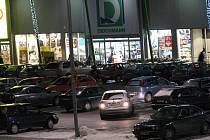 Parkoviště před centrem Stop Shop bylo v neděli přeplněné