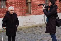 Filmaři natáčeli rozhovor s Boženou Šimanskou, s dcerou z politických důvodů vězněného zemědělce Josefa Nevtípila.