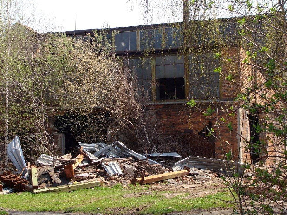 Zchátralý areál kdysi významné slévárny Heinik ve Škodově ulici v Přerově se konečně začne bourat. Město tento týden vybralo firmu, která provede demoliční práce