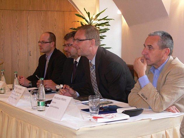Ve čtvrtek 2. června proběhla v Lipníku nad Bečvou tisková konference k protipovodňovým opatřením na dolním toku Bečvy.