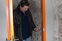 Vyražené dveře od šatny v zámeckém klubu.