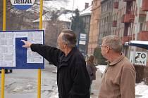 Obyvatelé z panelového domu vedle zastávky se podle svých slov kvůli hluku autobusů nemůžou v klidu vyspat a bojí se otevřít okno.