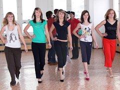 O tom, která z dívek si odnese titul Dívka roku 2009, se rozhodne v pátek 13. února v hranické Sokolovně.