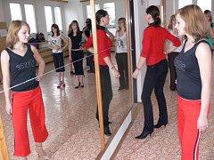 Kandidátky na titul Dívka roku 2009 ve středu 4. února  v Hranicích trénovaly před zrcadlem například správnou chůzi nebo vystupování před publikem.