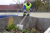 Obyvatelé města vozí bioodpad včetně spadaného listí do sběrného dvora u sv. Anny.