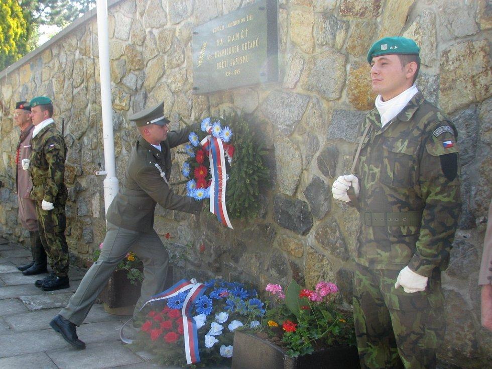 Položením věnců k památníku obětem fašismu uctili v Hranicích jejich památku v dopoledních hodinách Dne vítězství. V pátek 8. května se u obřadní síně městského hřbitova sešly desítky lidí.