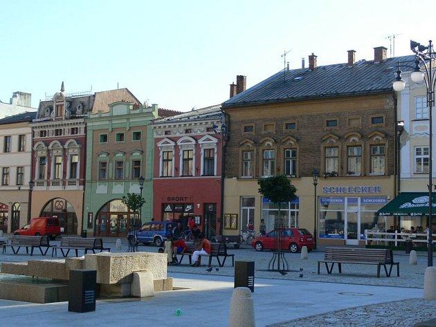 Zatímco hranické náměstí září novotou, na pohlednicích se tato změna neprojevila.