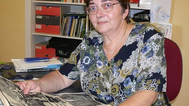 Dagmar Gerlová vzpomíná na 21. srpen nad svou sbírkou dokumentů.